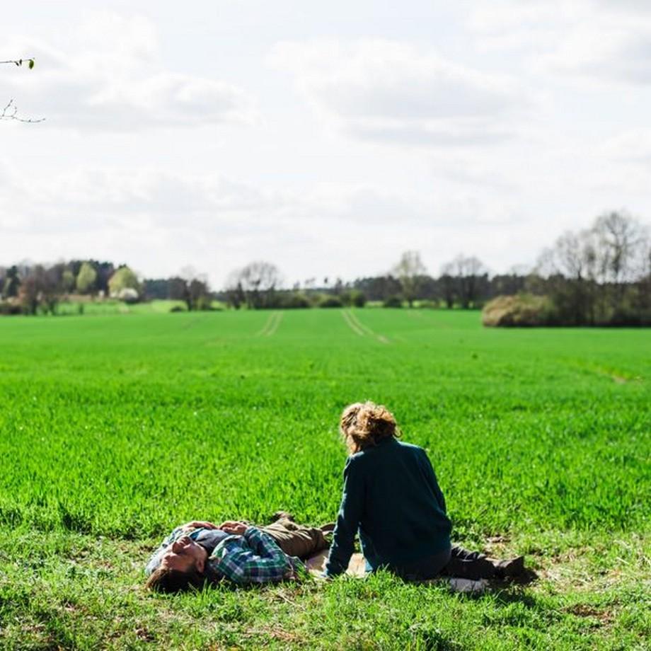 Tận hưởng khí trời trước cánh đồng cỏ xanh