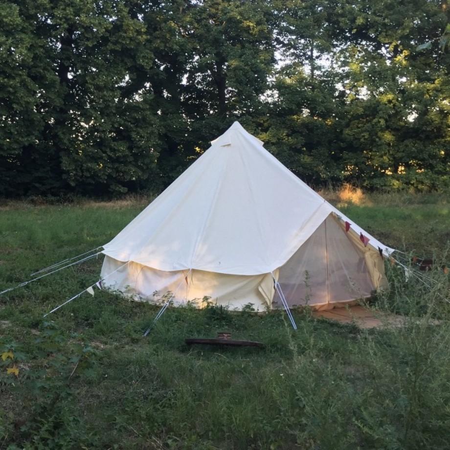 Nghỉ ngơi trong những chiếc lều trên đồng cỏ