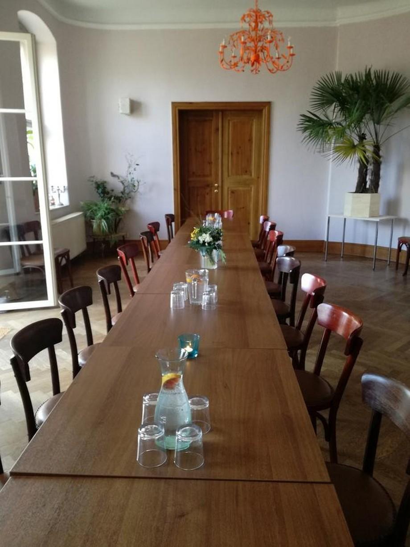 Phòng ăn tập thể trong nhà với dãy bàn ghế ăn bằng gỗ