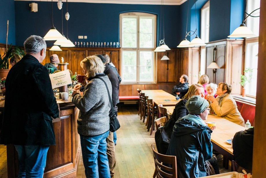 Khu vực trao đổi công việc kết hợp cùng quán bar phục vụ trà và cà phê