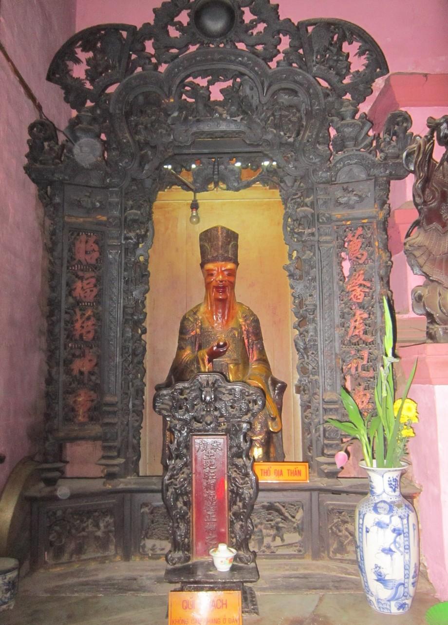 Bàn thờ Thổ Công trong một ngôi chùa ở Tp. HCM