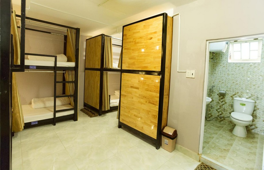 Vách ngăn giường tầng cũng được ốp gỗ thông