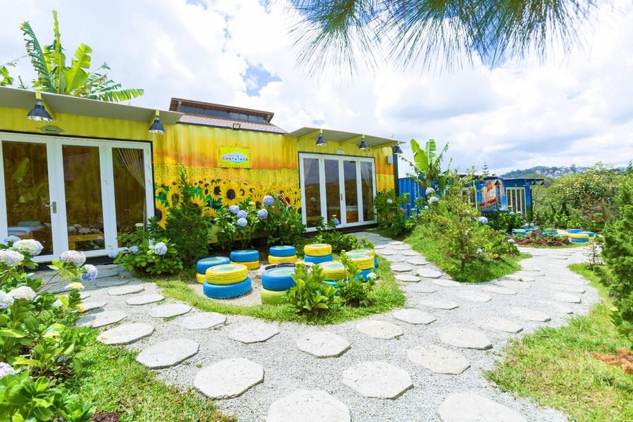 Nhà container Đà Lạt trang trí hình ảnh hoa hướng dương