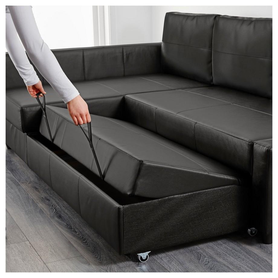 Khi kéo ra trở thành chiếc sofa góc bọc da này trở thành một chiếc giường nằm