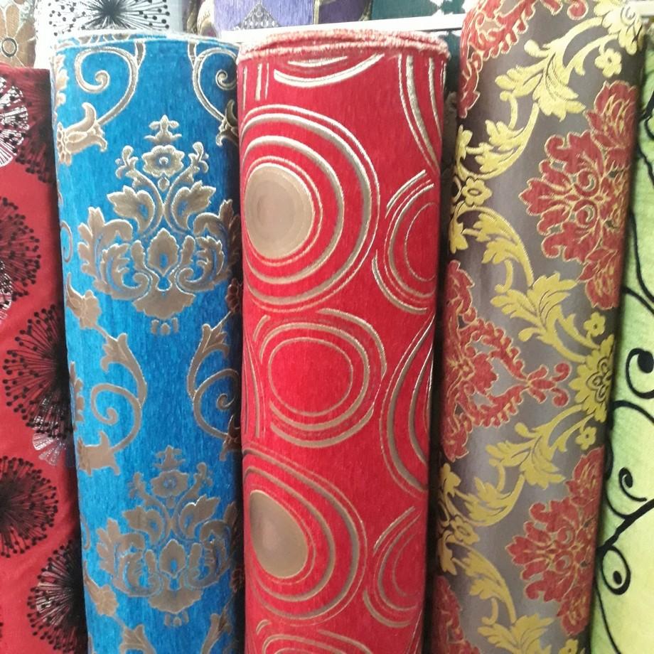 Các vải gấm nhung bọc sofa với họa tiên hoa văn cổ điển và hiện đại. Tông màu cũng rất đa dạng từ gam màu lạnh cho đến tông màu nóng ấm, họa tết hoa cổ điển,