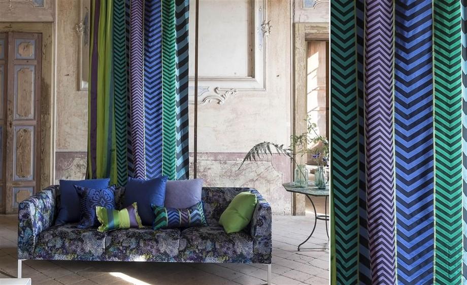 Sofa vải gấm hiện đại với tông màu lạnh, tạo cảm giác mát mẻ thư thái. Hoa văn họa tiết rất nên thơ, thơ mộng