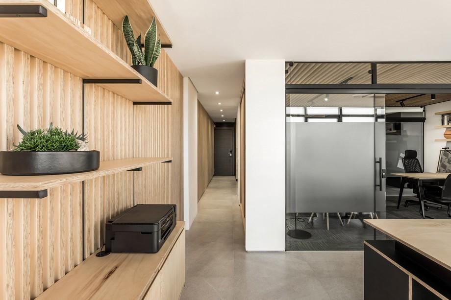 Thiết kế không gian làm việc chung với chất nội thất bằng gỗ sáng màu