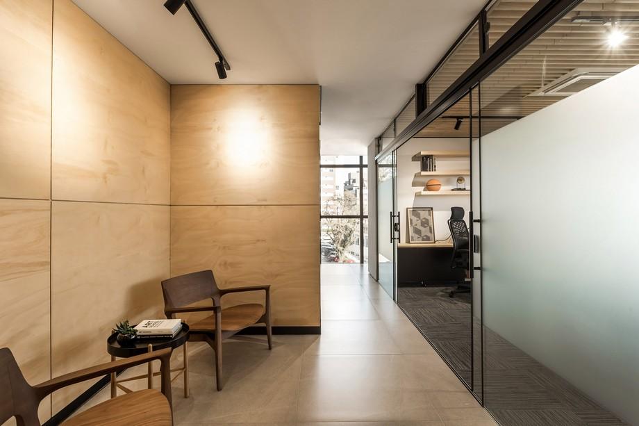 bức tường màu trắng ngà, đi kèm với sàn nhà màu tối và đối diện tương phản với tườn ốp gỗ bên cạnh tạo ra một không gian có điểm nhấn ấn tượng