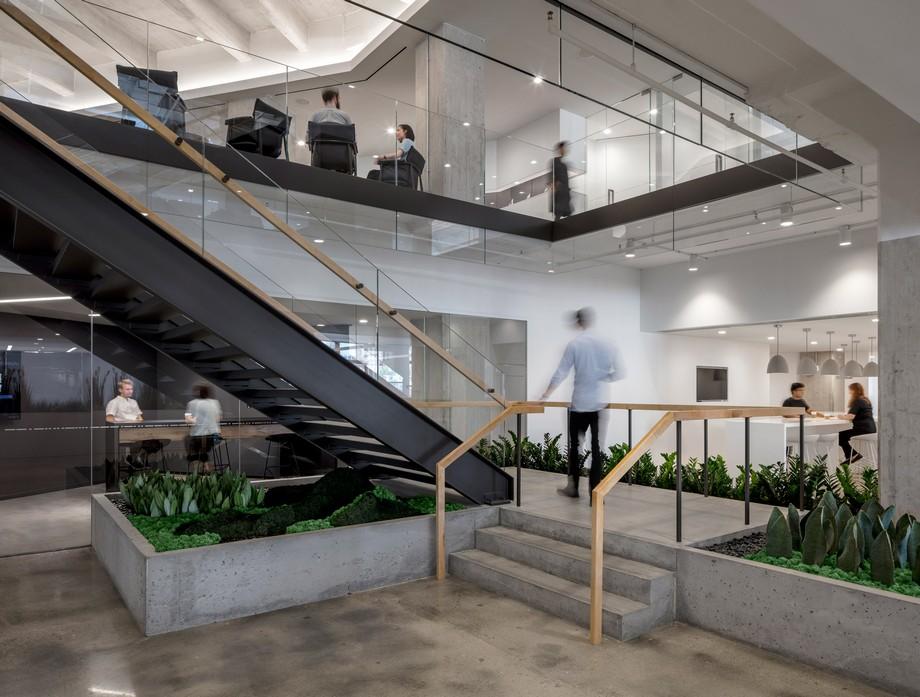 Thiết kế cầu thang đi lên tối giản trong không gian làm việc chung
