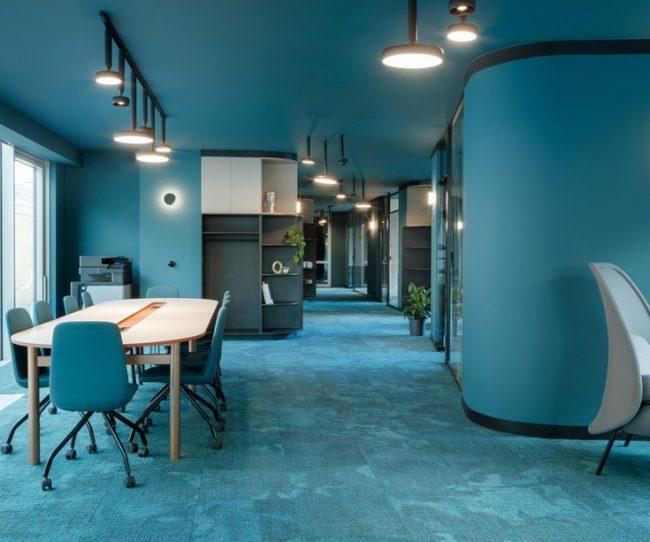 Thiết kế văn phòng chia sẻ ấm áp với màu xanh hiện đại thân thiện