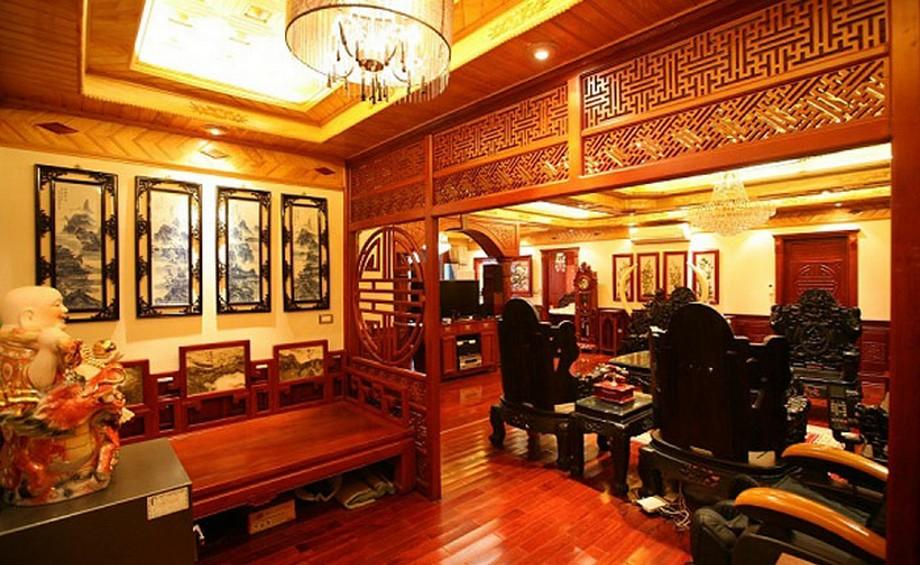 Mẫu trần nhà gỗ xoan đẹp theo phong cách cổ điển kết hợp hệ thống đèn giật cấp tạo hiệu ứng ánh sáng ấm sang trọng