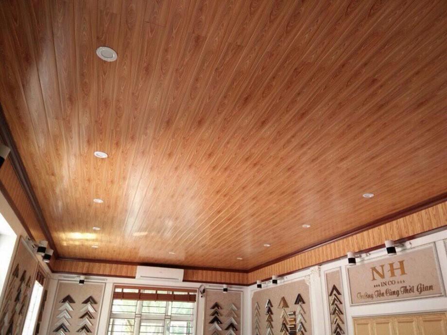 Mẫu trần nhà gỗ xoan đẹp theo phong cách đơn giản