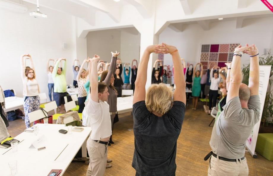 Tổ chức chạy bộ sáng sớm và yoga