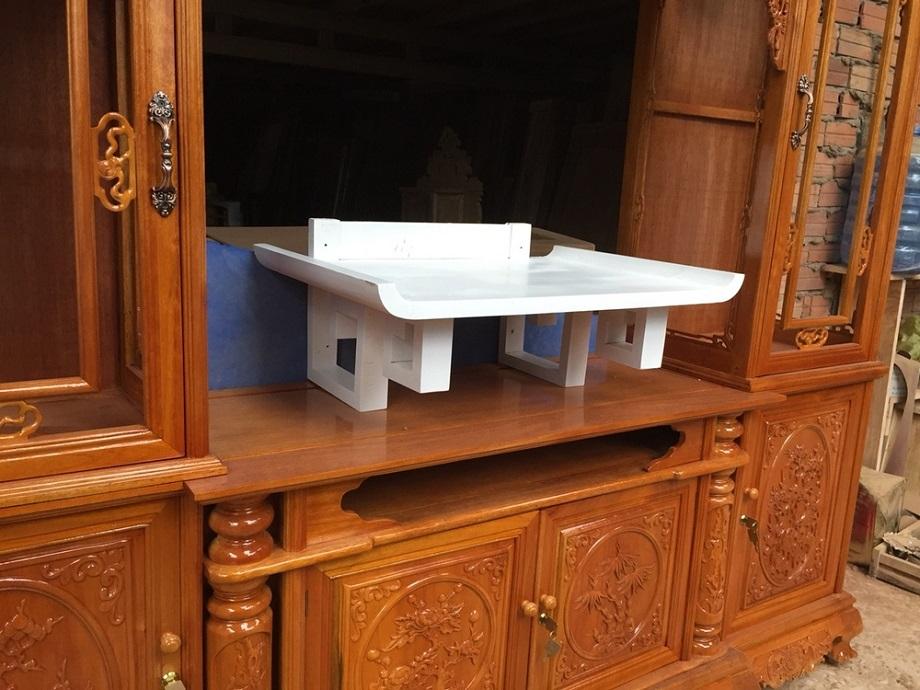 Bàn thờ màu trắng được làm từ chất liệu gỗ tự nhiên quý hiếm và được sơn trắng