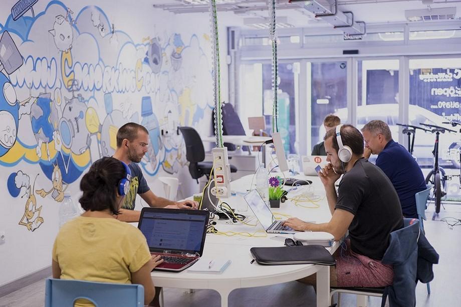 không gian làm việc chung phá cách và phóng khoáng cực kỳ thích hợp cho những du mục kĩ thuật số