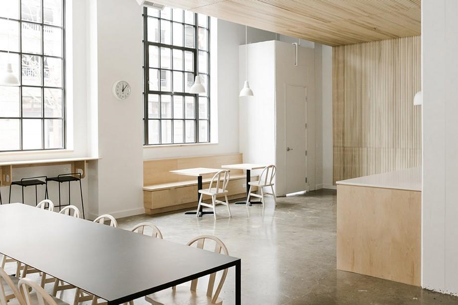 Ngoài những góc riêng tư thì vẫn có những khu vực bàn ghế dài và rộng có thể ngồi đông đủ thành viên với nhau.