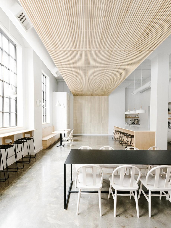 Được trang trí đẹp mắt và ấn tượng từ trần nhà bằng gỗ được xếp từ những thanh gỗ mỏng mảnh, sang trọng.