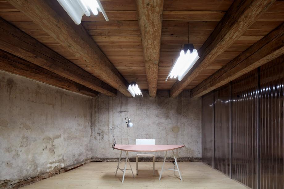 Không gian này có chiều dài và chiều cao cùng với hệ thống đèn chiếu sáng có thể là nơi họp hội thảo