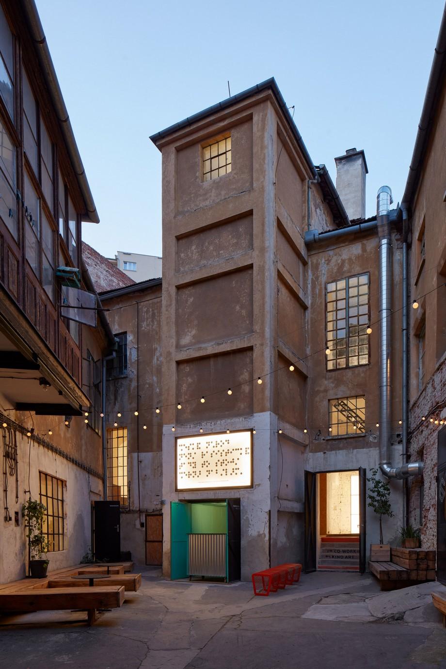 Thiết kế không gian làm việc chung từ nhà máy chưng cất rượu cũ
