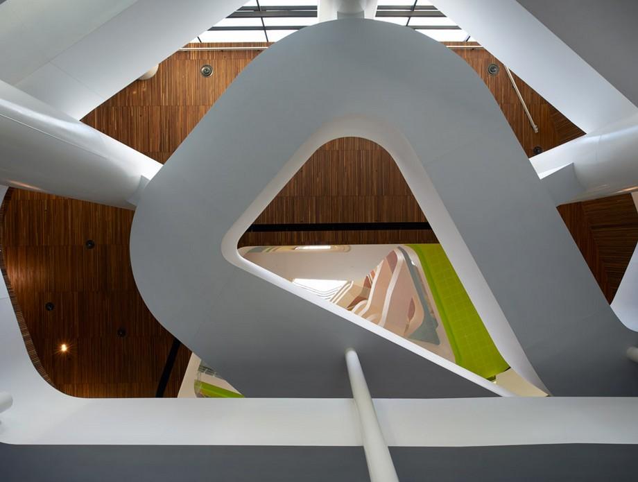 Điểm độc đáo là thiết kế cầu thang ấn tượng nhiều màu sắc