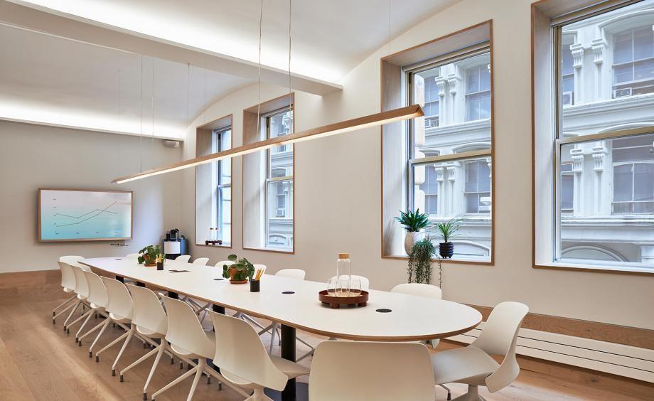 Tone màu trắng tinh khôi là điểm nhấn độc đáo của thiết kế không gian làm việc chung này