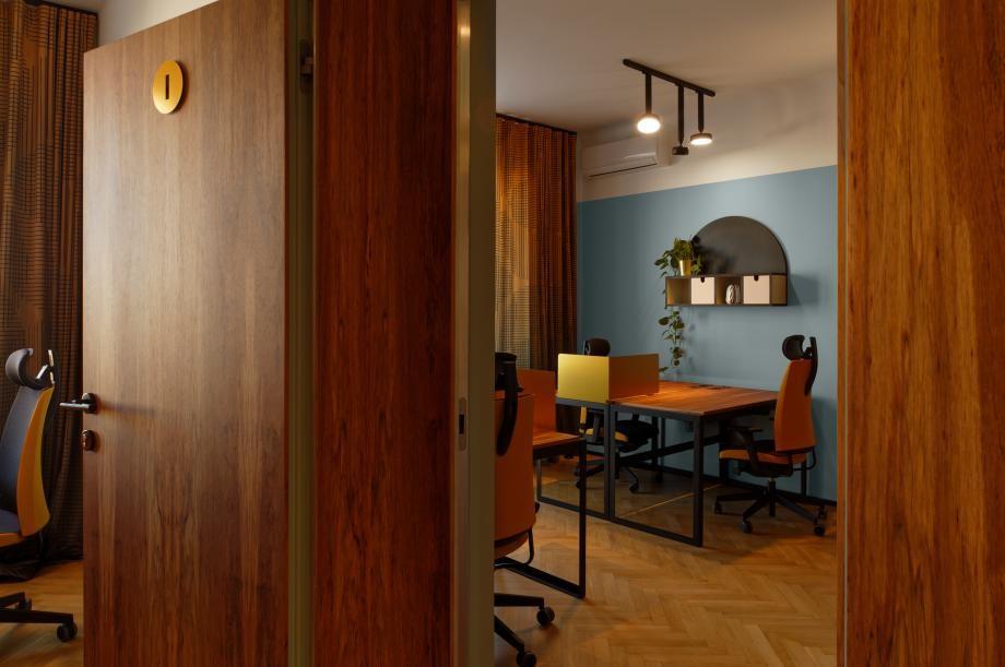 nội thất được thiết kế bằng gỗ màu cánh gián