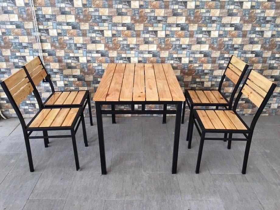 Mẫu bàn ghế quán ăn vặt gỗ kết hợp sắt