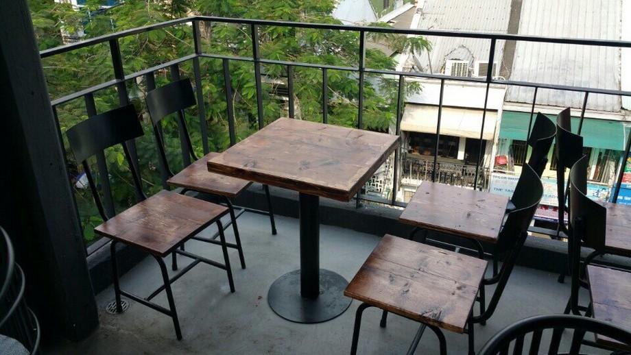 Mẫu bàn ghế quán ăn vặt bằng gỗ màu tối