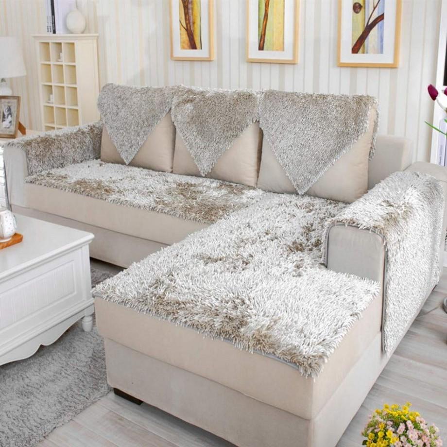 Mẫu sofa góc Châu Âu hiện đại với tông màu kem sáng tương đồng với màu sắc hoa văn hoạ tiết tường