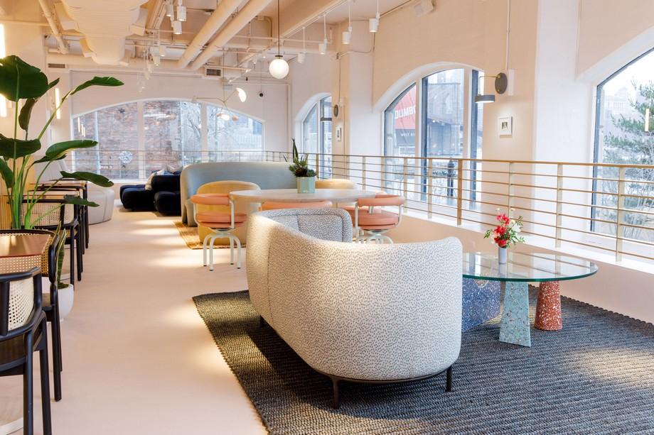 thiết kế mở tràn ngập ánh sáng tự nhiên , cùng với những ô cửa kính trong veo