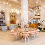 Không gian làm việc chung lãng mạn với màu hồng phấn dành cho phụ nữ khởi nghiệp