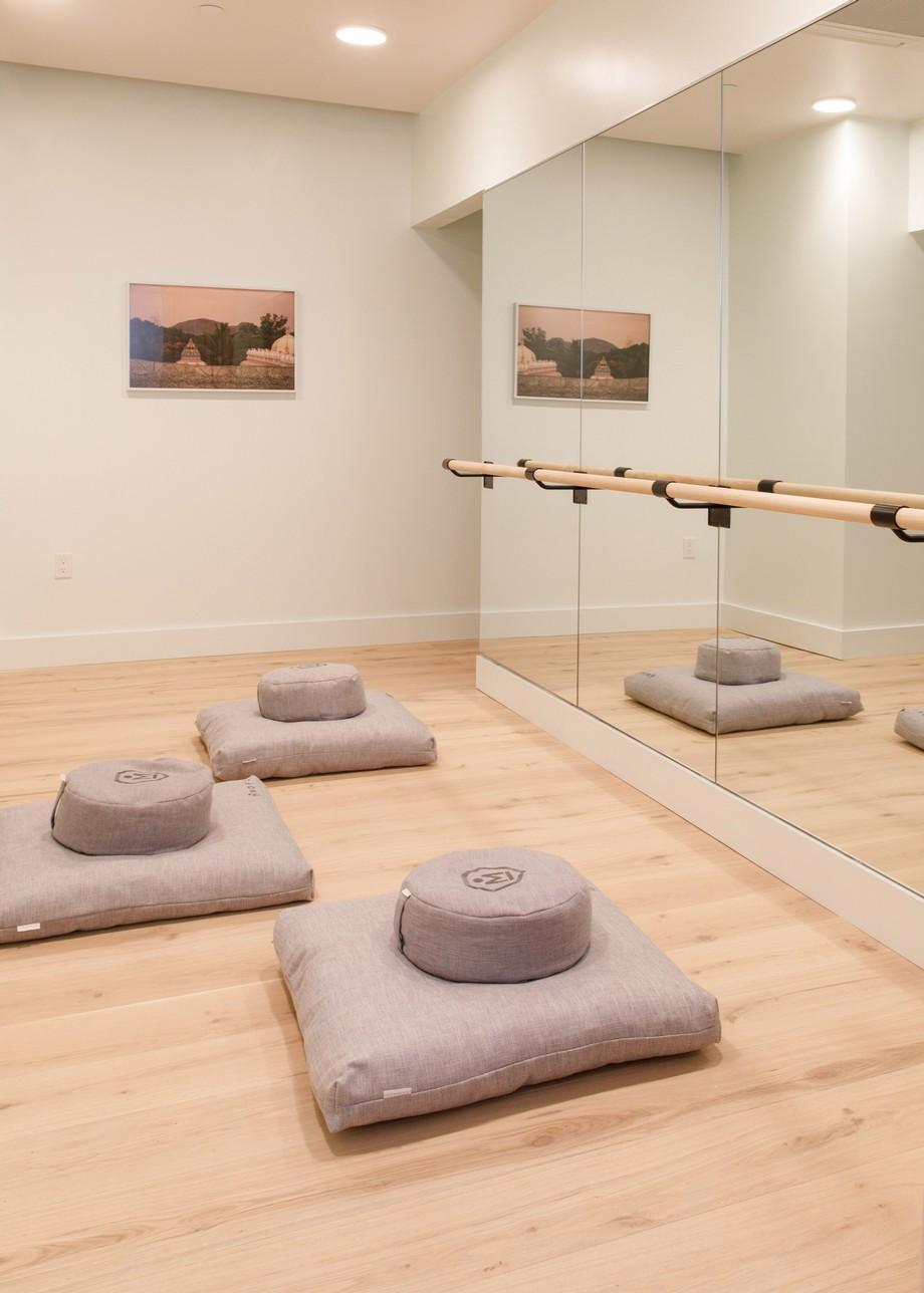 Đặc biệt là thiết kế phòng khách chìm với sofa màu xanh đậm, là nơi tiếp khách độc đáo có một không hai