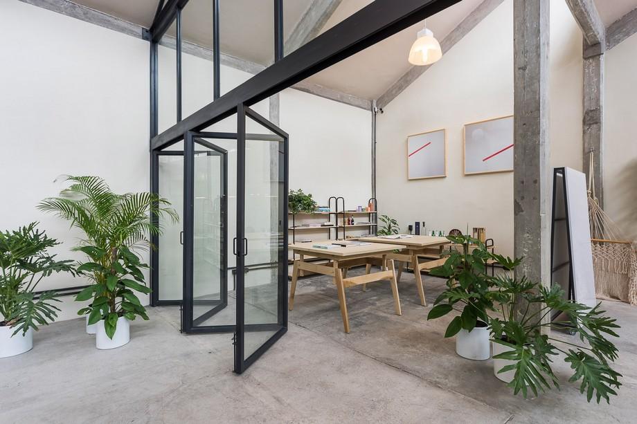 Nội thất bên trong toàn nhà toàn bằng gỗ bao gồm hệ thống bàn làm việc thông minh