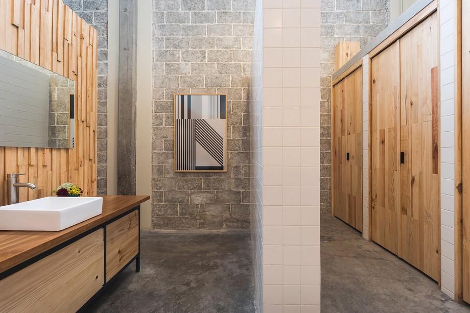 Khối nhà cao ba tầng - được bắt đầu bằng cầu thang gỗ dẫn vào nhà bếp và phòng ăn chung.