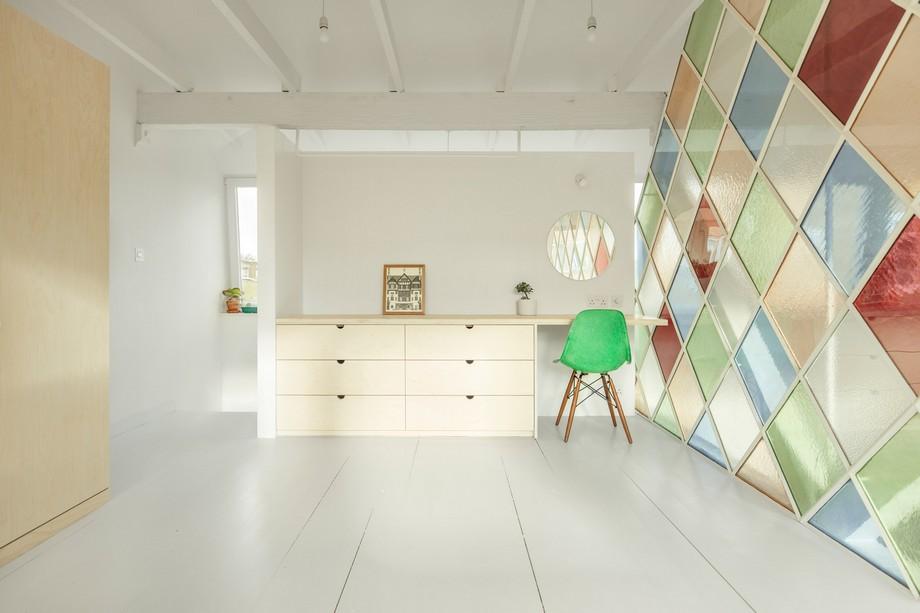 Chiếc bàn và toàn cảnh đều sơn màu trắng làm nổi bật ý tưởng của kiến trúc sư.