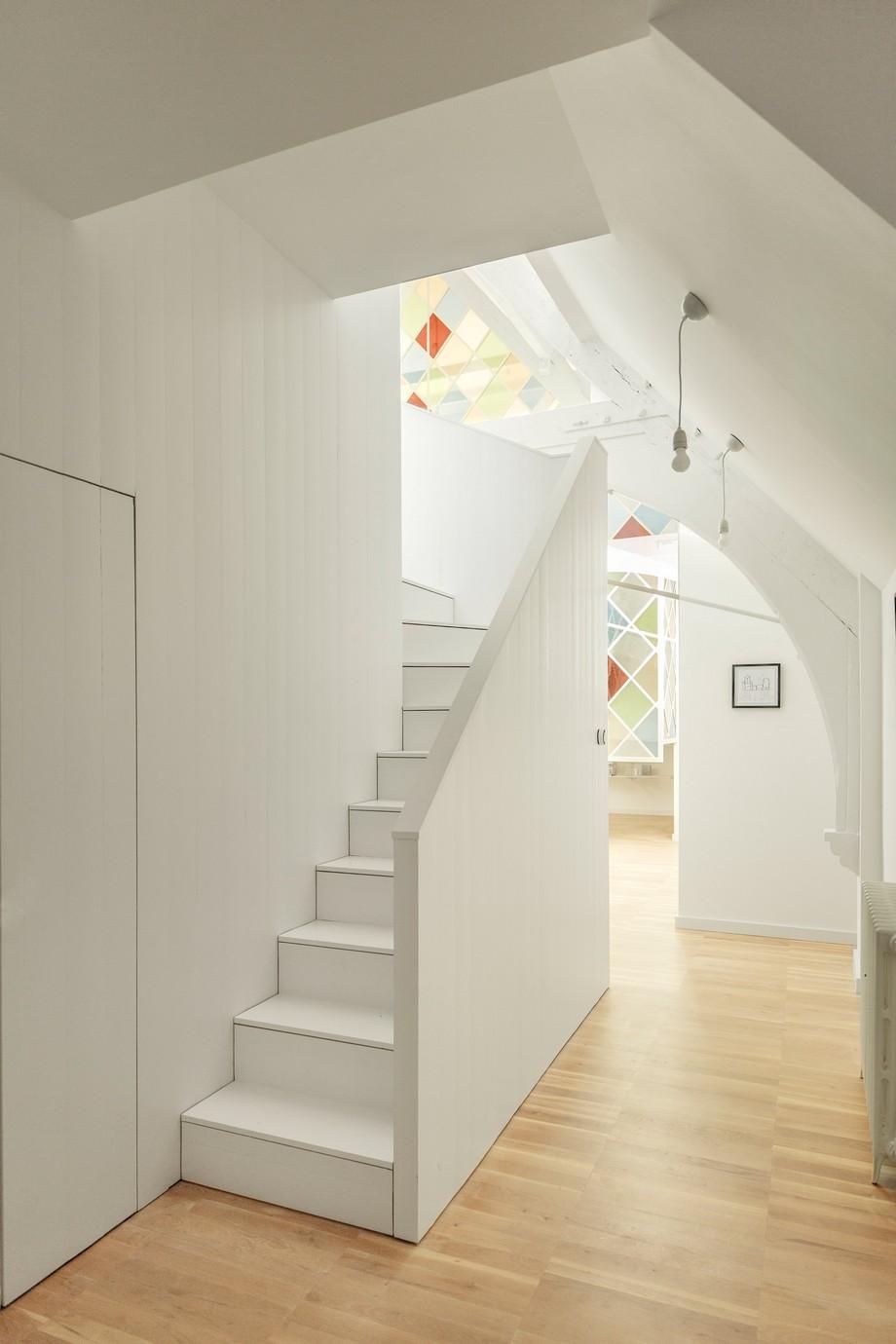Một nhà bếp và phòng tắm đã được chèn dưới một trong những tầng lửng