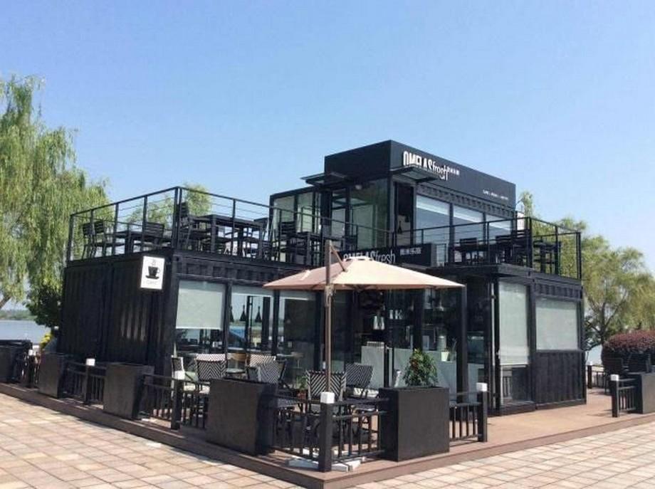 Thiết kế nhà hàng container với tone màu đen 2 tầng kết hợp với hệ thống cửa kính giúp lấy ánh sáng trời ấn tượng