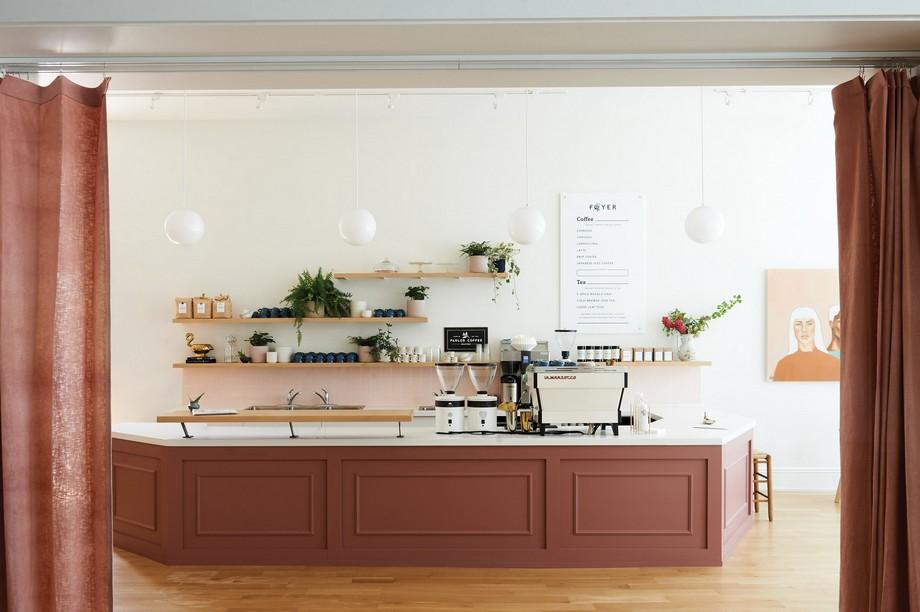 Một quầy cà phê maroon bụi bặm tạo thành một tâm điểm cho khu vực nghỉ ngơi
