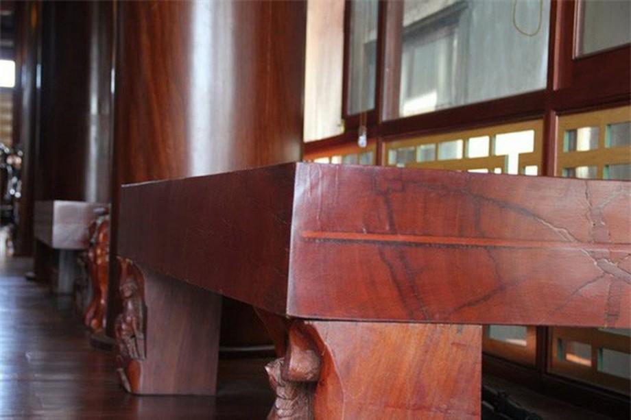 Phản gỗ bằng gỗ quý bên trong nhà gỗ đẹp ở Hà Tĩnh