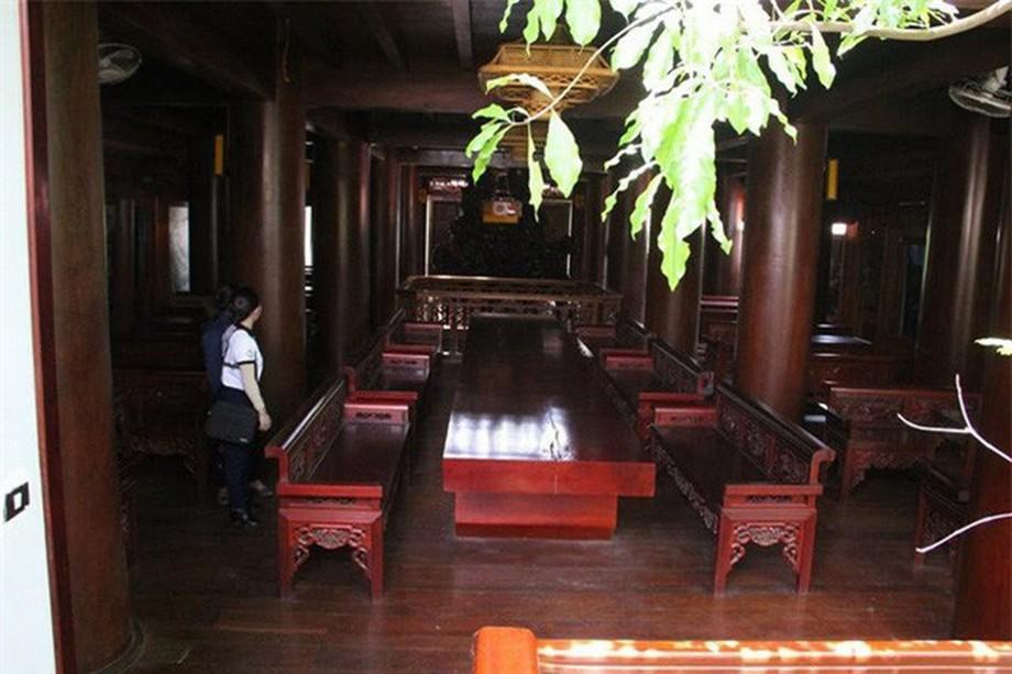 Mỗi tầng trong nhà gỗ đẹp ở Hà Tĩnh đều đặt những tấm phản gỗ dày và tràng kỷ sơn bóng đẹp