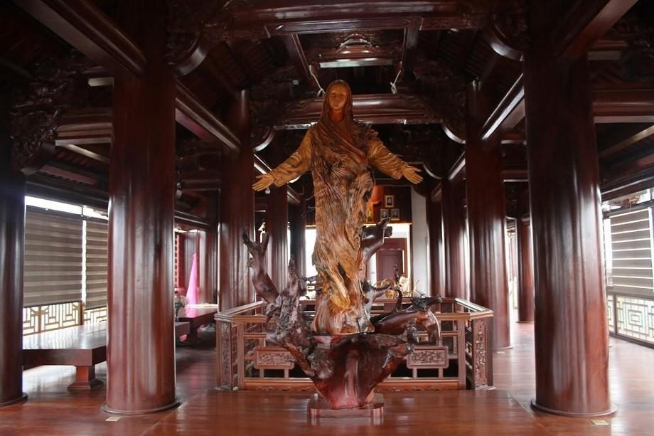Bức tượng Đức Mẹ đặt tại tầng 5 được tạc từ một loại gỗ quý