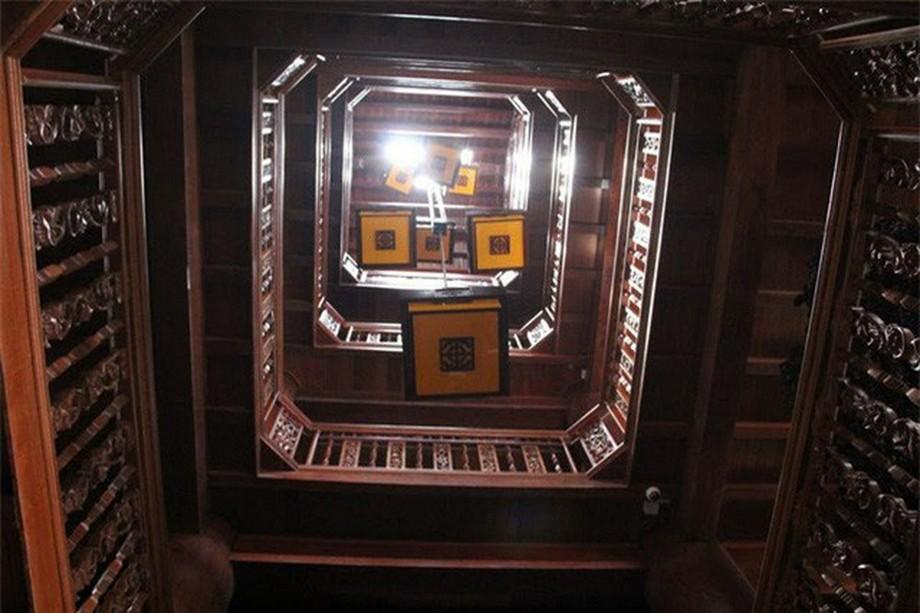 Giếng trời trong nhà gỗ đẹp ở Hà Tĩnh được trang trí với lồng đèn vuông đẹp