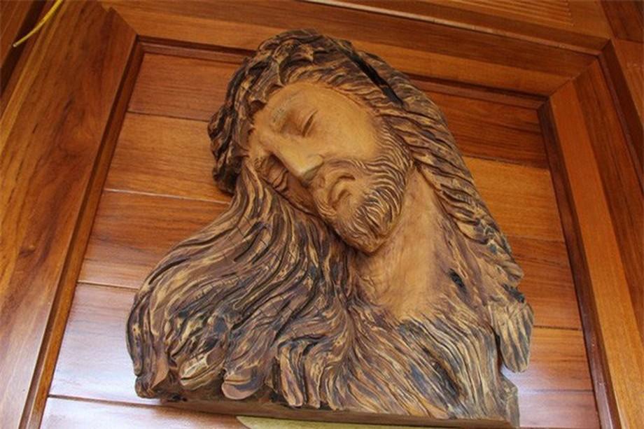 Tượng Chúa được đặt ở vị trí trang trọng trong nhà gỗ đẹp ở Hà Tĩnh