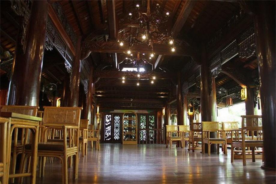Nhà gỗ đẹp ở Hà Tĩnh với hệ thống bàn ghế bằng gỗ tự nhiên được đóng theo lối cổ