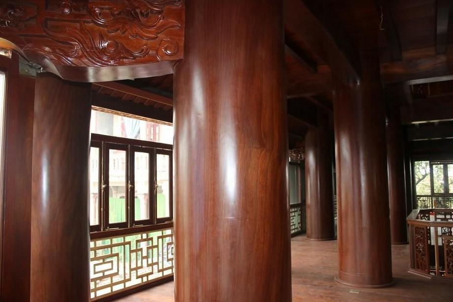 Nhà gỗ đẹp ở Hà Tĩnh có khá nhiều cột gỗ cao và to