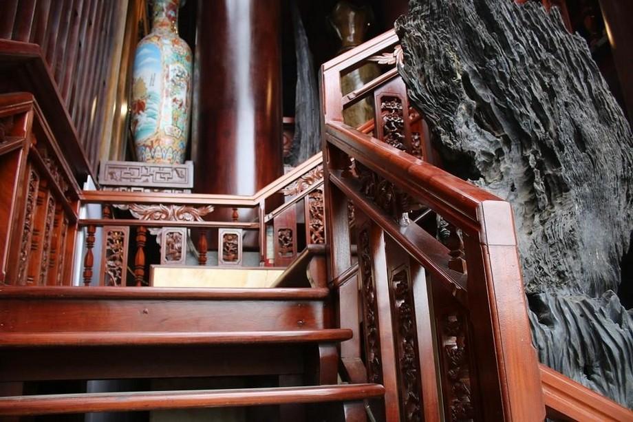 Các bậc thang được chạm trổ tinh tế của nhà gỗ đẹp ở Hà Tĩnh