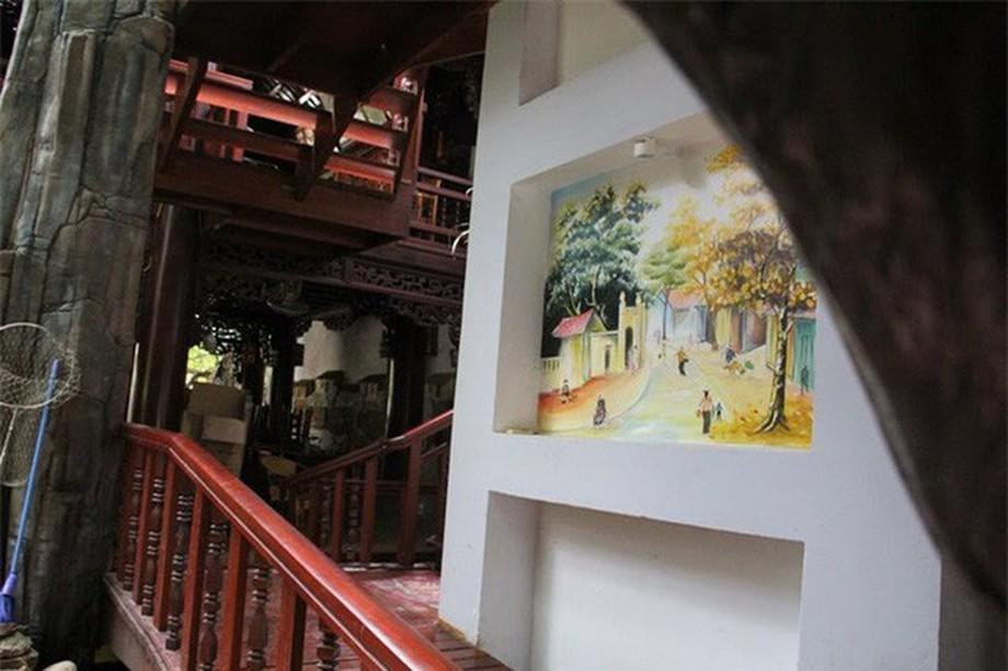 Hành lang, lối lên của nhà gỗ đẹp ở Hà Tĩnh được các hạo sĩ trang trí với những bức tranh đẹp mắt