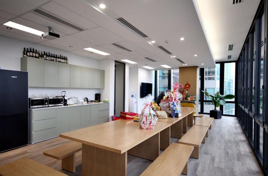 Khu vực pantry với dãy bàn gỗ rộng rãi, đẹp của văn phòng ảo RegusDeutsches Haus