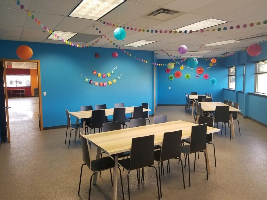 Thiết kế phòng tiệc đơn giản chi phí thấp cho coworking space