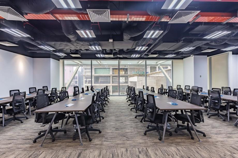 Dãy bàn làm việc chung tại UP Coworking space Bách Khoa HCM